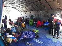 Preživší počas ošetrenia po zemetrasení v Sembalune na indonézskom ostrove Lombok