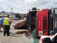 Prevrátený kamión blokuje premávku