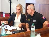 Denisa Saková a Milan Lučanský na zasadnutí mimoriadneho výboru pre obranu a bezpečnosť