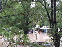 Rozvodnená rieka Ardeche zaplavila tábor.