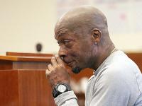 Záhradník Dewayne Johnson reaguje po vypočutí verdiktu v jeho prípade proti Monsantu na súde 10. augusta 2018 v San Franciscu.