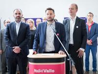 Miroslav Beblavý (vpravo) spolu s Ivanom Štefunkom (vľavo) predstavili kandidáta na bratislavského primátora Matúša Valla (v strede).