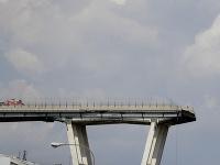 Hasiči s ťažkými mechanizmami začali odstraňovať trosky mosta.