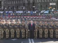 Ukrajinský prezident Petro Porošenko (uprostred) pózuje s vojakmi