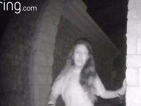 Žena zvonila v noci ľuďom na dvere.