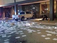 Neznámy páchateľ vrazil dodávkou do televíznej stanice Fox v Dallase.