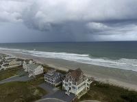 Hurikán Florence zoslabol, no prinesie aj tak mohutné dažde.