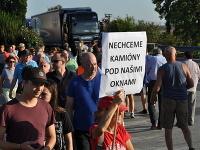 Obyvatelia Trnavy – Modranky dnes podvečer na hodinu zablokovali dopravu na ceste