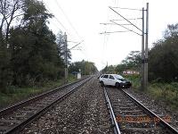 Vlak sa zrazil s autom. Vodič auta aj napriek svetelnej signalizácii vošiel na koľajnice.