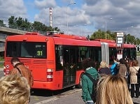 Cestujúci museli vystúpiť z autobusu.