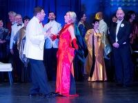 Zsolt Vadász ako Gabriel von Eisenstein a Michaela Várady ako Adela v novom naštudovaní operety Netopier v Štátnom divadle Košice.