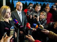 Pod ministerkou Sakovou sa trasie stolička. Opozícia žiada jej odvolanie.