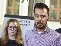 Zástupcovia z iniciatívy Za slušné Slovensko sprava Juraj Šeliga a Karolína Farská.