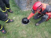 Plastová rúra bola podľa hasičov hlboká štyri metre a mala šírku len 40-centimetrov.