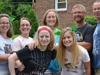 Allison (vzadu, druhá zľava), Mary (vzadu, tretia zľava), Abby (vpredu, vľavo) a Amy (vpredu, vpravo).