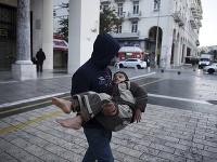Migranti na námestí gréckeho mesta Thessaloniki.