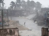 Tropický cyklón zasiahol Indiu. Evakuovať museli tisícky obyvateľov.