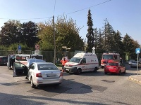Zrážka sanitky s taxíkom si vyžiadala zraneného.