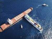 Po zrážke dvoch nákladných lodí unikla do mora nafta
