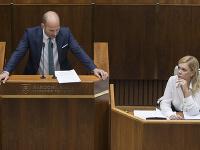 Na snímke zľava opozičný poslanec Gábor Grendel (OĽaNO) a ministerka vnútra SR Denisa Saková