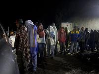 Veľká skupina migantov sa tiahne cez strednú Ameriku. Migrujú až do USA. Tam chcú začať nový život.