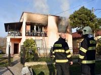 Požiar v obci Nižný Žipov museli likvidovať hasiči.