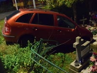Mladík narazil autom do hrobu
