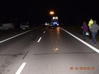Muža zrazili dve autá, zrážku s druhým vozidlom neprežil.