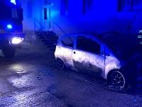 Auto sa vznietilo krátko po polnoci. Požiar poškodil plynovú prípojku, z ktorej unikal plyn.