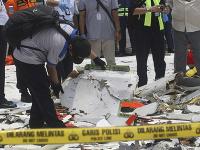 Indonézsky potápači už vylovili takmer celé lietadlo. Dnes našli už aj jeho trup.
