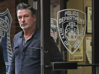 Alec Baldwin opúšťa políciu