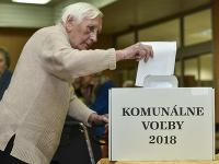 Staršia volička počas hlasovania vo voľbách 2018.