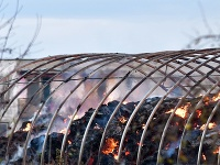 Požiar dnes zachvátil budovu skladu sena pre miestnu tepláreň.