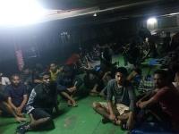 Migranti blokujú výstup z lode. Zabarikádovali sa a nechcú vystúpiť z lode.