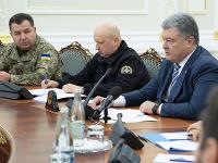 Na snímke sprava ukrajinský prezident Petro Porošenko, minister obrany Ukrajiny Stepan Poltorak  a tajomník výboru pre bezpečnosť Oleksandr Turchynov
