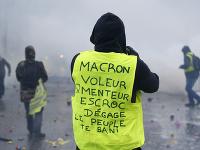 Na snímke je demonštrant v žltej veste s nápisom: