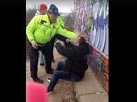Internetom koluje dvojsekundové video, na ktorom policajt fackuje muža sediaceho na múriku.