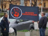 Skupina ľudí sa zišla pred Ministerstvom spravodlivosti.