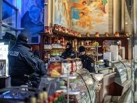 Nemeckí policajti počas razie proti 'Ndranghete v kaviarni v Duisburgu.