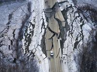 V dôsledku zemetrasenia popraskaná a zvlnená cesta