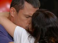 Ján Koleník v úlohe Adama sa v seriáli Oteckovia bezhlavo zamiluje do Kristíny Turjanovej.