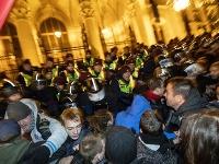 Protivládne protesty v Budapešti pokračovali aj po polnoci.