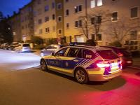 Policajti hliadkujú v norimberskej štvrti St. Johannis.