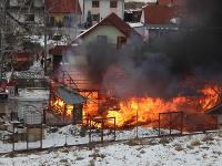 Hasiči zasahujú pri požiari píly v Spišskej Belej.