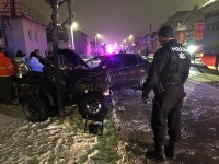 Štvorkolka sa zrazila s osobným automobilom, vodič menšieho stroja skončil v nemocnici.