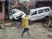 Vlna cunami v Indonézii zabila najmenej 62 ľudí.