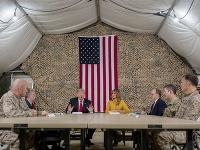 Americký prezident v armádnom stane.