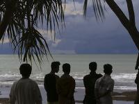 Indonézania s obavami sledujú siluety sopky Anak Krakatau.