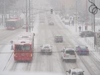 V Bratislave husto sneží od skorého rána.