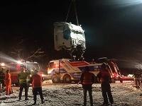 Hasiči celú noc pomáhali vyslobodzovať vykoľajené vozne vlaku.